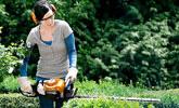 Cortar setos en el jardín