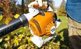 Oczyszczanie terenu za pomocą dmuchawy ogrodowej