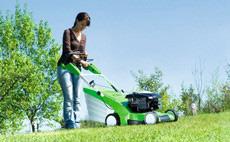 Maşini de tuns iarba pentru suprafeţe medii de gazon