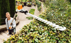 Cordless long reach hedgetrimmers